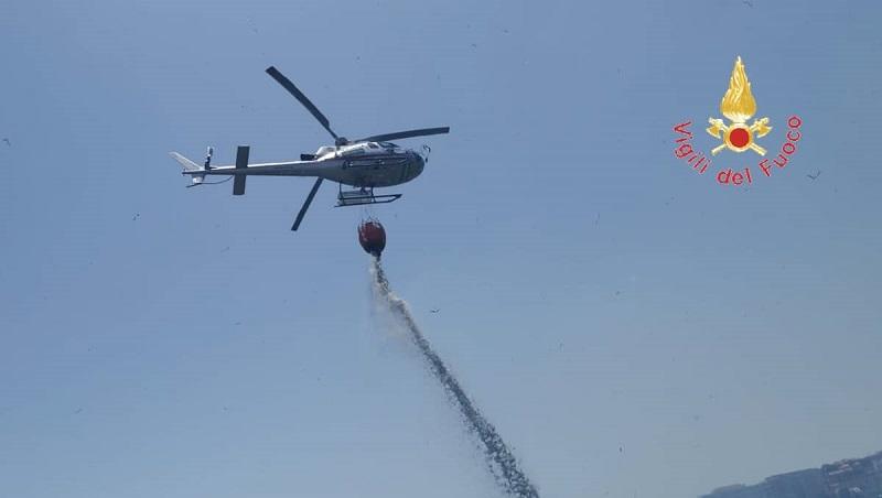 Incendio a Catanzaro, circolazione Fdc interrotta: spente le fiamme (VIDEO)