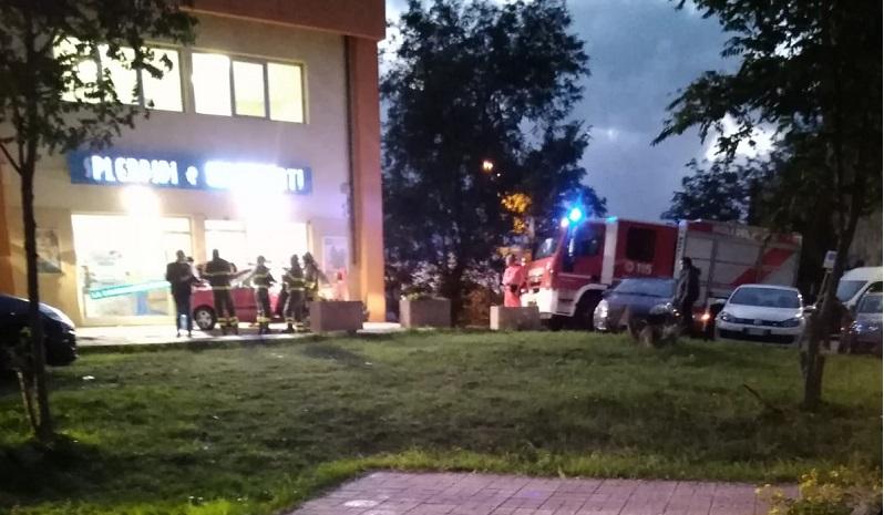 Bimbo bloccato in auto: intervento pompieri