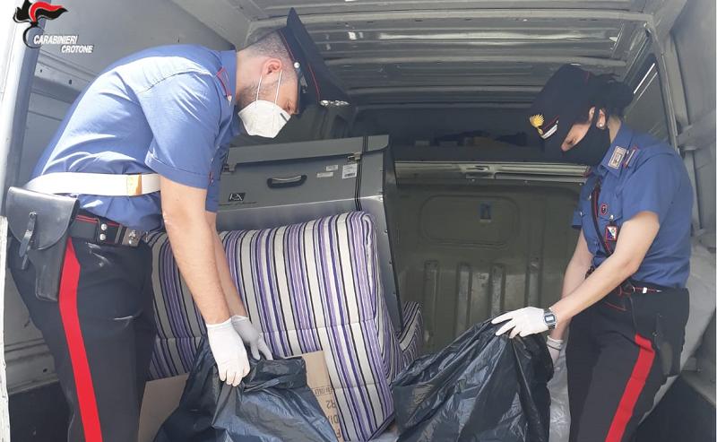 carabinieri perquisiscono auto in cerca di droga