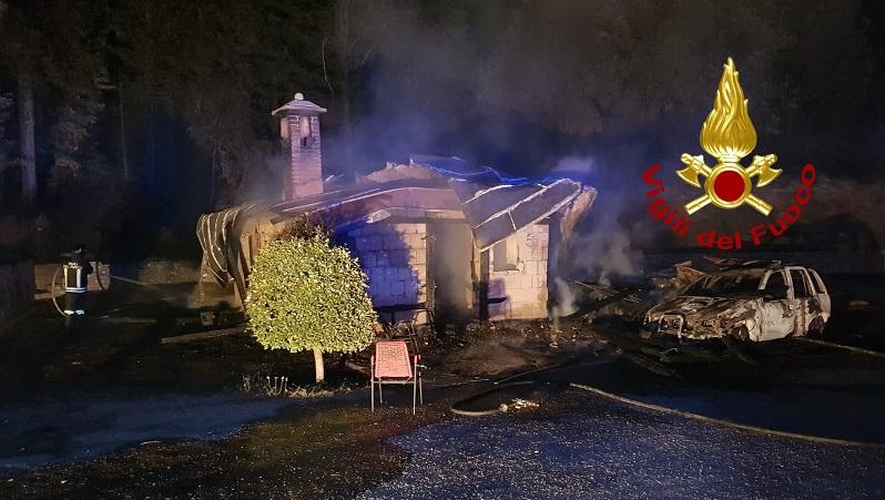 Notte di fuoco nel Catanzarese, in fiamme casolare di Calabria Verde e due auto