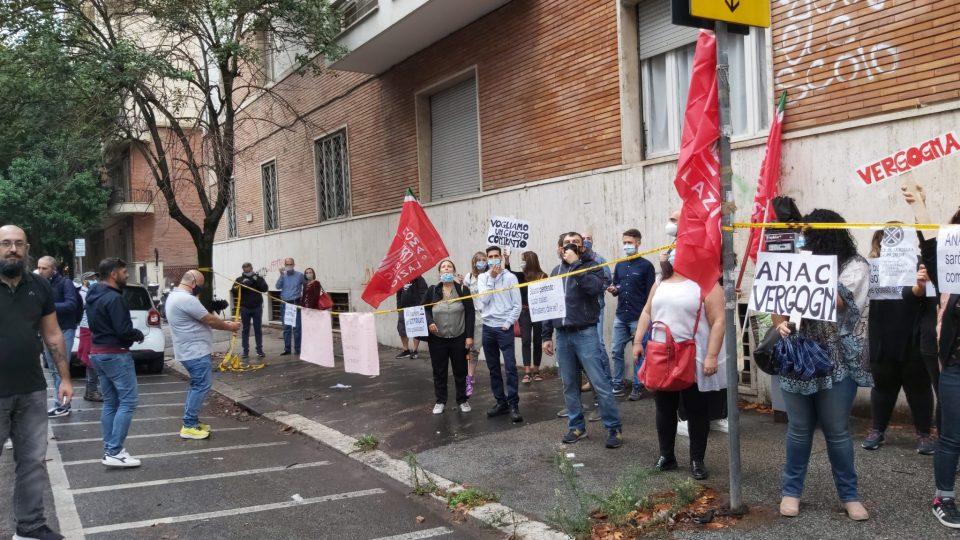 """""""Pronto, sono sottopagato, come aiutarla?"""". La protesta dei lavoratori di Abramo a Crotone"""