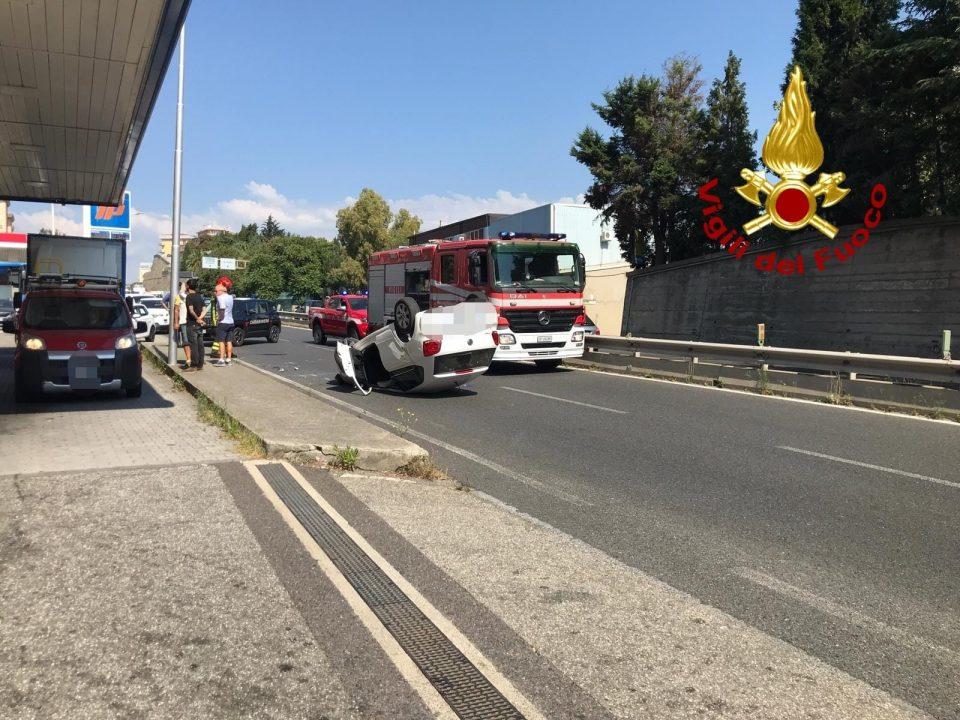 Paura a Catanzaro, auto si ribalta su viale De Filippis: ferita una donna (FOTO)