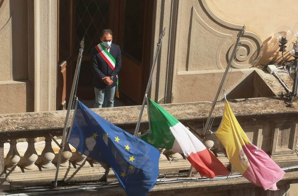 Un minuto di silenzio in memoria di Jole Santelli, commozione a Catanzaro (FOTO)