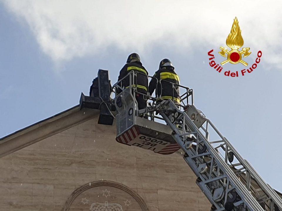 Vento sradica una Croce di una chiesa di Catanzaro, Vigili del Fuoco in azione (FOTO)