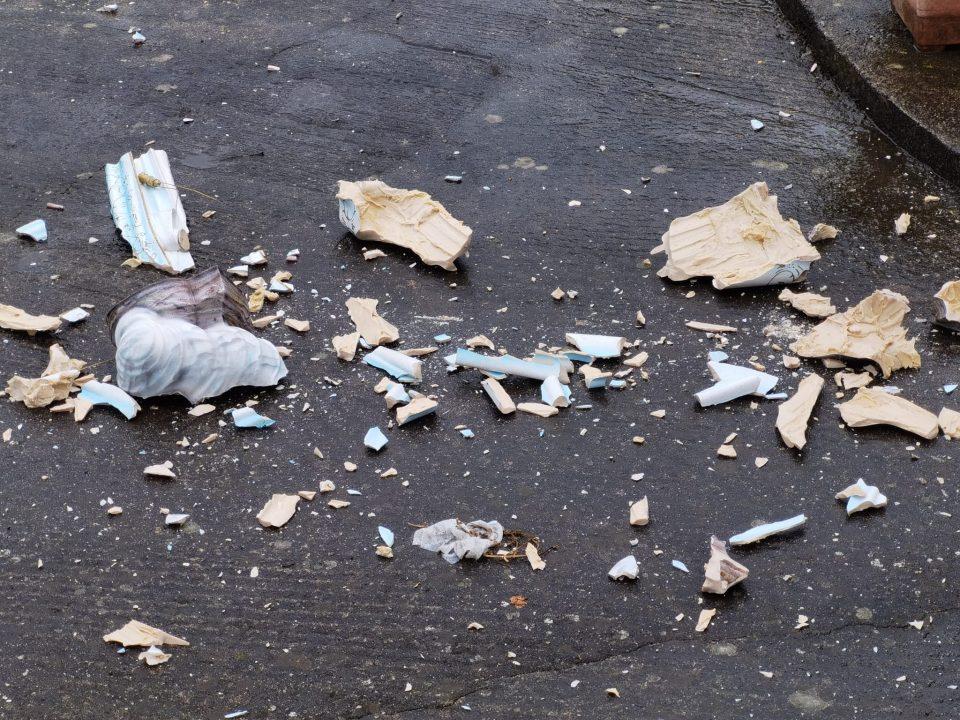Raptus di follia a Varapodio, devasta edicola votiva e distrugge statua della Madonna (FOTO)